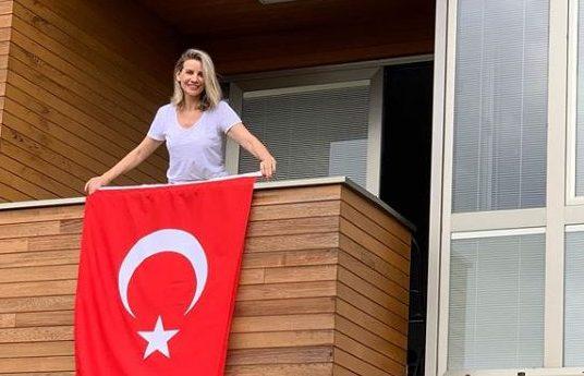 esra erol türk bayrağı asıyor