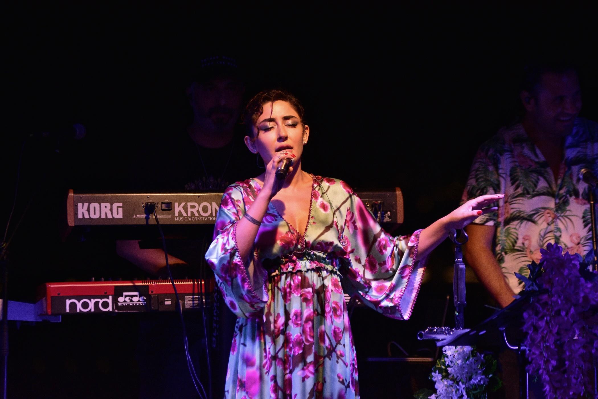 Melek Mosso çıplak ayakla konser verdi
