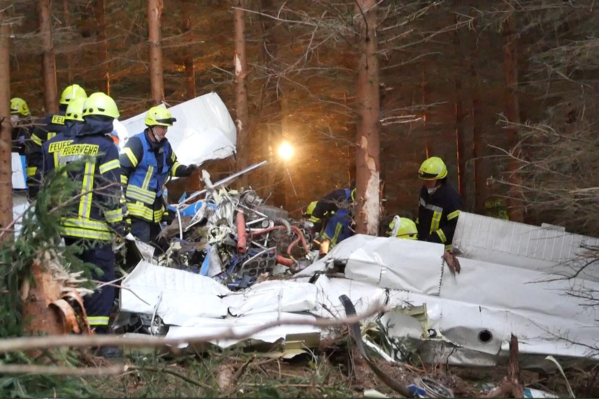 Almanya'da küçük uçak ormanlık alana düştü: 1 kişi öldü