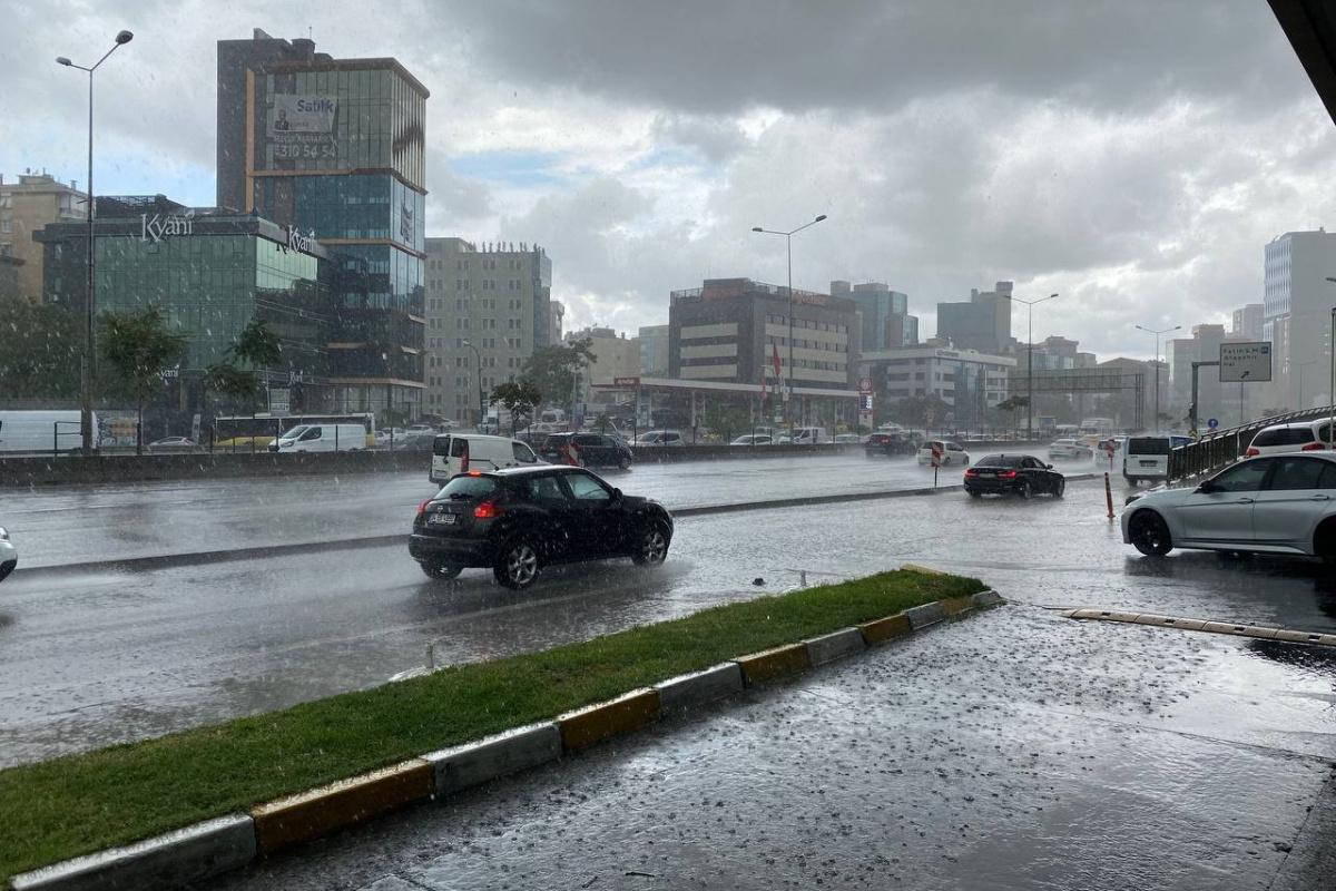İstanbul'da sağanak yağış etkisini göstermeye başladı